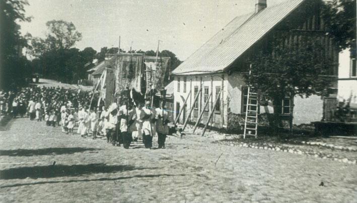 Devintinių procesija Punske (ties kino pastatu, kur vyko LVKD suvažiavimas), 1957 m.