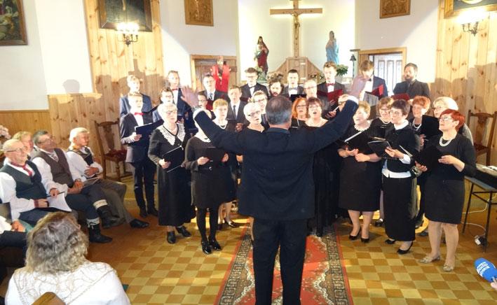 """Žagarių bažnytinis choras ,,Kaimynai"""", vad. Wojciech Szreder"""