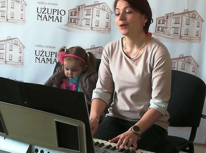 Dainuoja Jurgita Aralienė