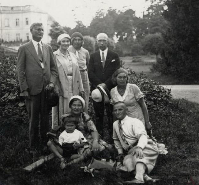 Kazys Grinius su šeima ir draugais poilsiauja grafo Tiškevičiaus  parke Palangoje virtualios-parodos.archyvai.lt nuotr.