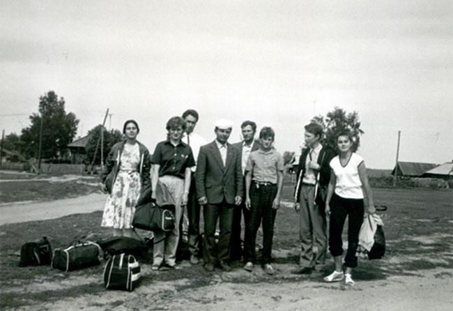 Tremtyje pas Sigitą Tamkevičių. Romas Žemaitis – trečias iš kairės (baltais marškiniais) (1987 m.)