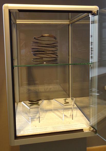 XIII–XIV a. prūsų vėrinys, rastas Bartošicuose. Vėrinių dalys, rastos Šiurpilio   ir Eglinės piliakalniuose  (XIII–XIV a.)