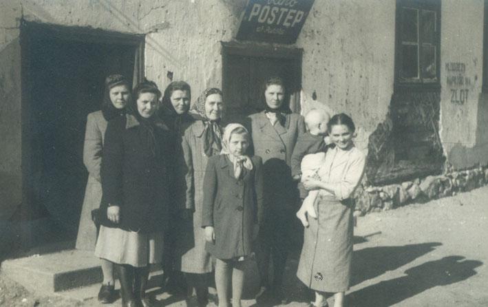 """Lietuvių veikėjai prie kino """"Postęp"""", 1956 m."""