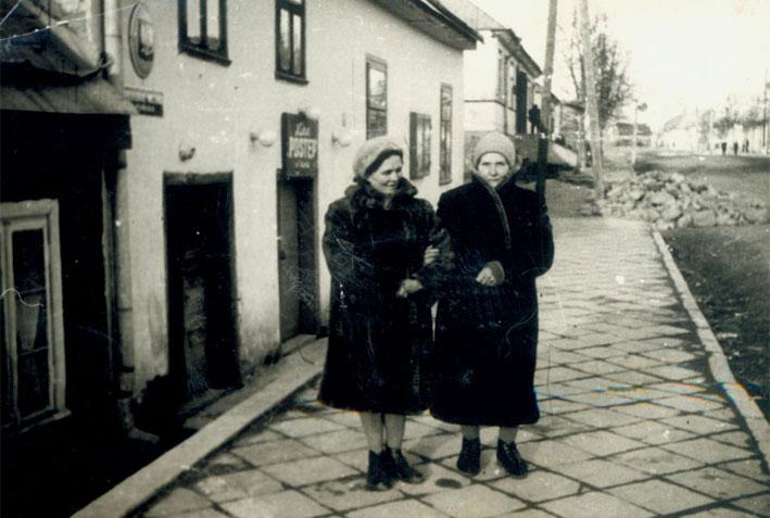 """Prie kino """"Postęp"""", kuriame vyko I LVKD suvažiavimas"""