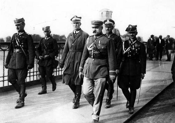 jozefas-pilsudskis-pirmame-plane-desineje-su-kitais-1926-metu-perversmo-organizatoriais-518f506a81f52